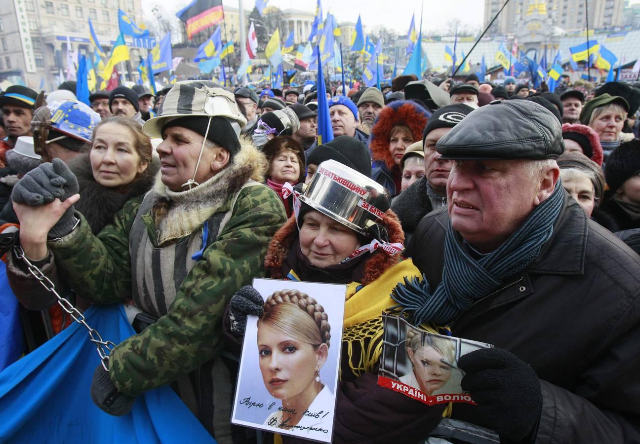 Miles de personas protestan contra el Gobierno en Kiev